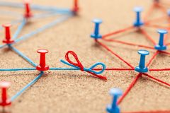 Commercieel team Verbind tussen bedrijfsmensen Contractregelingen Bureauspelden door blauw en rood draad en contract worden verbo stock fotografie