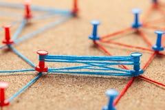 Commercieel team Verbind tussen partnersmensen Contract en onderhandeling Blauwe en rode gebreide bureauspelden en sterk stock foto