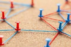 Commercieel team Verbind tussen partnersmensen Contract en onderhandeling Bureauspelden met blauwe en rode draad worden gebonden  royalty-vrije stock foto