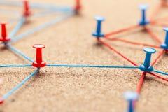 Commercieel team Verbind tussen partnersmensen Contract en onderhandeling Bureauspelden met blauwe en rode draad worden gebonden  royalty-vrije stock afbeelding