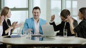 Commercieel team verheugend succes stock video