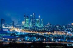"Commercieel van Moskou internationaal centrum 'Moskou -Moskou-cityÂ"" Nacht of avondcityscape Blauwe hemel en straatlantaarns Sted stock fotografie"