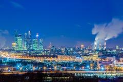 "Commercieel van Moskou internationaal centrum 'Moskou -Moskou-cityÂ"" Nacht of avondcityscape Blauwe hemel en straatlantaarns Sted royalty-vrije stock afbeelding"