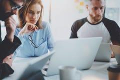 Commercieel vergaderingsconcept Analyseer businessplannen, gebruikend laptop Vage achtergrond horizontaal royalty-vrije stock foto
