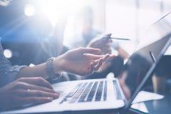 Commercieel vergaderingsconcept Close-upmening van bedrijfsmensen die met mobiele computer op modern kantoor werken Analyseer zak stock afbeelding
