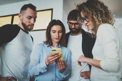 Commercieel vergaderingsconcept Medewerkersteam die met mobiele apparaten op modern kantoor werken Vage achtergrond stock foto's