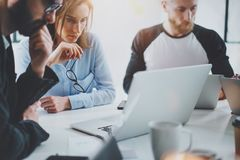 Commercieel vergaderingsconcept Medewerkersteam die met mobiele computer op modern kantoor werken Analyseer businessplannen, het  royalty-vrije stock foto