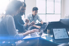 Commercieel vergaderingsconcept Medewerkersteam die met mobiele computer op modern kantoor werken Analyseer businessplannen, het  stock foto's