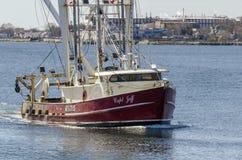 Commercieel vissersvaartuig Kapitein Jeff die haven naderen royalty-vrije stock afbeeldingen