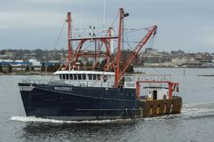 Commercieel vissersvaartuig Weatherly op Acushnet-Rivier Stock Afbeelding
