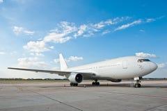 Commercieel vliegtuig bij de luchthaven Stock Foto's