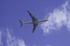 Commercieel Vliegtuig in blauwe hemel Stock Afbeeldingen