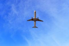 Commercieel vliegtuig die boven wolken in de Blauwe Hemel vliegen Royalty-vrije Stock Foto