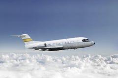 Commercieel vliegtuig die in de blauwe hemel vliegen Stock Afbeelding