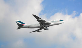 Commercieel Vliegtuig die in de hemel vliegen royalty-vrije stock afbeelding
