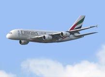 Commercieel Vliegtuig die in de hemel vliegen Stock Foto
