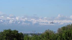 Commercieel vliegtuig die over bergen vliegen stock video