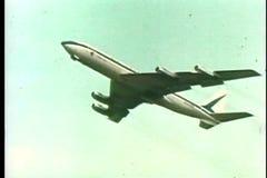 Commercieel vliegtuig die van baan opstijgen stock footage