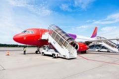 Commercieel vliegtuig met verbonden het inschepen helling Royalty-vrije Stock Foto