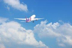 Commercieel vliegtuig met wolkenachtergrond Royalty-vrije Stock Afbeelding