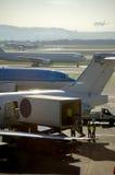 Commercieel vliegtuig wordt geparkeerd dat bij stock afbeeldingen