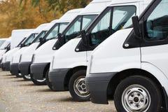 Commerciële bestelwagens in rij Stock Foto's