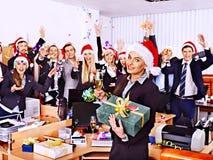 Commerciële groepsmensen in santahoed bij Kerstmispartij. Stock Afbeelding