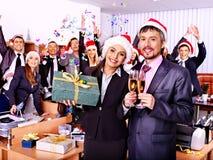 Commerciële groepsmensen in santahoed bij Kerstmispartij. Royalty-vrije Stock Afbeelding