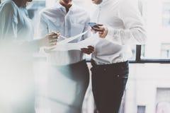 Commerciële teamvergadering, het werkproces Foto professionele bemanning die met nieuw startproject werken projectleiders dichtbi Stock Foto's