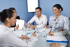 Commerciële teamvrienden die pret hebben op vergadering Stock Foto's