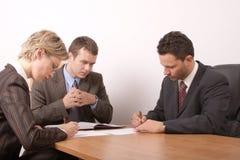 Commerciële vergadering - 3 mensen die - algemeen contract ondertekent - Stock Afbeeldingen