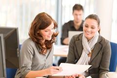 Commerciële vergadering - groep mensen in bureau Royalty-vrije Stock Afbeelding