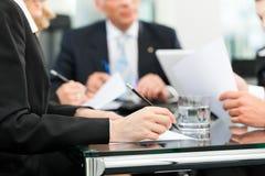 Commerciële vergadering met het werk aangaande contract Royalty-vrije Stock Foto's