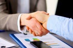 Commerciële vergadering op kantoor Handdruk in bureau Stock Foto