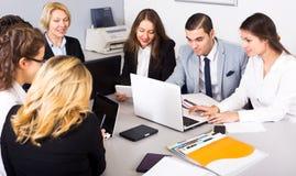 Commerciële vergadering van multinationaal leidend team Stock Foto