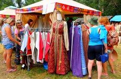 Commercio dei vestiti nello stile nazionale al festival piega fotografia stock libera da diritti