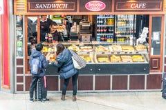 Commercio della via dei prodotti della panificazione nella ferrovia di Hauptbahnhof immediatamente Fotografia Stock Libera da Diritti