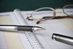 Commercio, diagrammi dei libri, contabilità di spese, penna Fotografia Stock