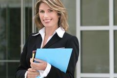 Commercio, donna di Corproate con i dispositivi di piegatura Immagini Stock Libere da Diritti