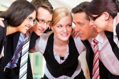 Commercio - gruppo di persone di affari in ufficio Fotografie Stock