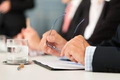 Commercio - la gente che si siede in una riunione Fotografie Stock Libere da Diritti
