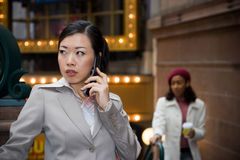 commercio la sua donna del telefono immagini stock libere da diritti
