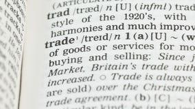 Commercio, matita che indica parola alla pagina di vocabolario in inglese, economia globale stock footage