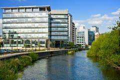 Commercio moderno che costruisce vicino al fiume Immagine Stock Libera da Diritti