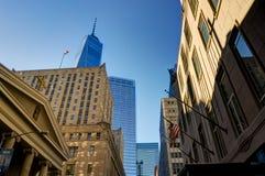 Commercio mondiale crepuscolare della megalopoli di vista dell'orizzonte del grattacielo di New York C immagini stock