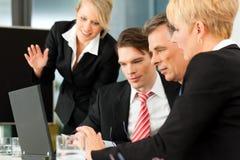 Commercio - riunione della squadra in un ufficio Immagine Stock