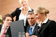 Commercio - riunione della squadra in un ufficio Fotografie Stock