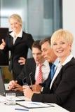 Commercio - riunione della squadra in un ufficio Fotografia Stock Libera da Diritti