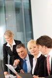 Commercio - riunione della squadra in un ufficio Immagini Stock