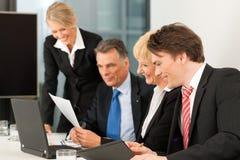 Commercio - riunione della squadra in un ufficio Fotografia Stock